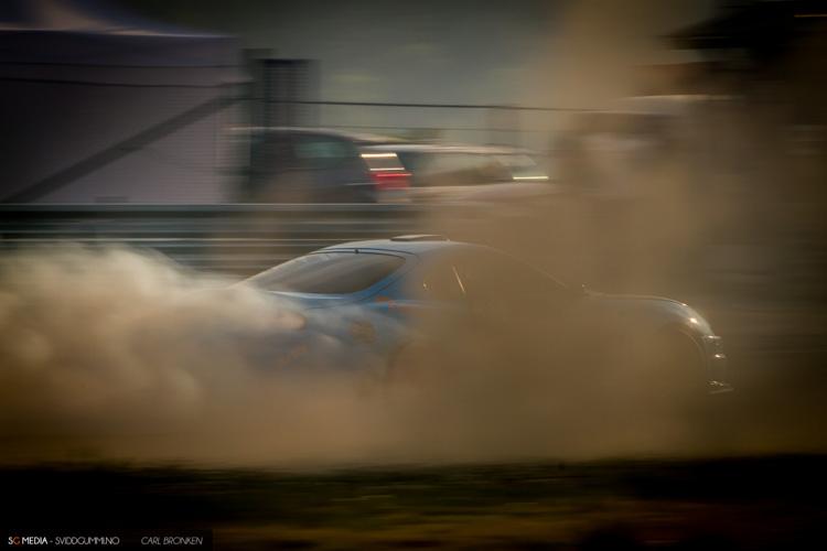 Enten om det er dekkrøyk, støv fra sanda eller kanskje røyk fra motor - det er aldri manko på action.